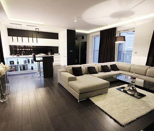 Dekoracje w małym salonie – postaw na odpowiednie tkaniny